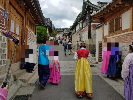 지난 12일 서울 종로구 가회동 북촌 한옥마을에서 관광객들이 한옥 앞에서 기념 촬영을 하고 있다. 임선영 기자