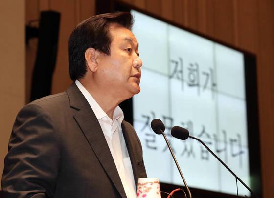 15일 오후 국회에서 열린 자유한국당 의원총회에서 김무성 의원이 차기 총선에 불출마를 밝히고 있다. [연합뉴스]