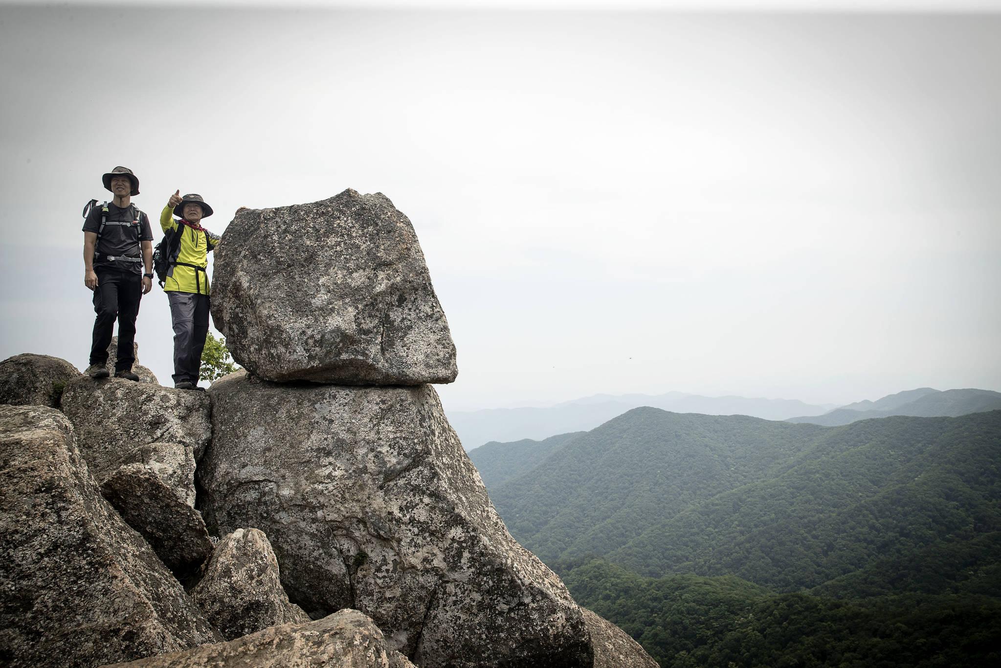 한국 100대 명산에 꼽히는 대암산 정상에 오르면 금강산이 보인다. 큰용늪에서 1.5㎞ 거리지만 큰 바위가 많아 온몸을 써야 한다. [장진영 기자]
