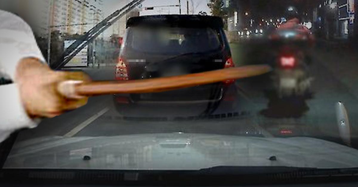 차량 운전 중 경적을 울렸다는 이유로 운전자를 폭행하고 삽을 휘두른 30대 남성이 경찰에 붙잡혔다.[중앙포토·연합뉴스]