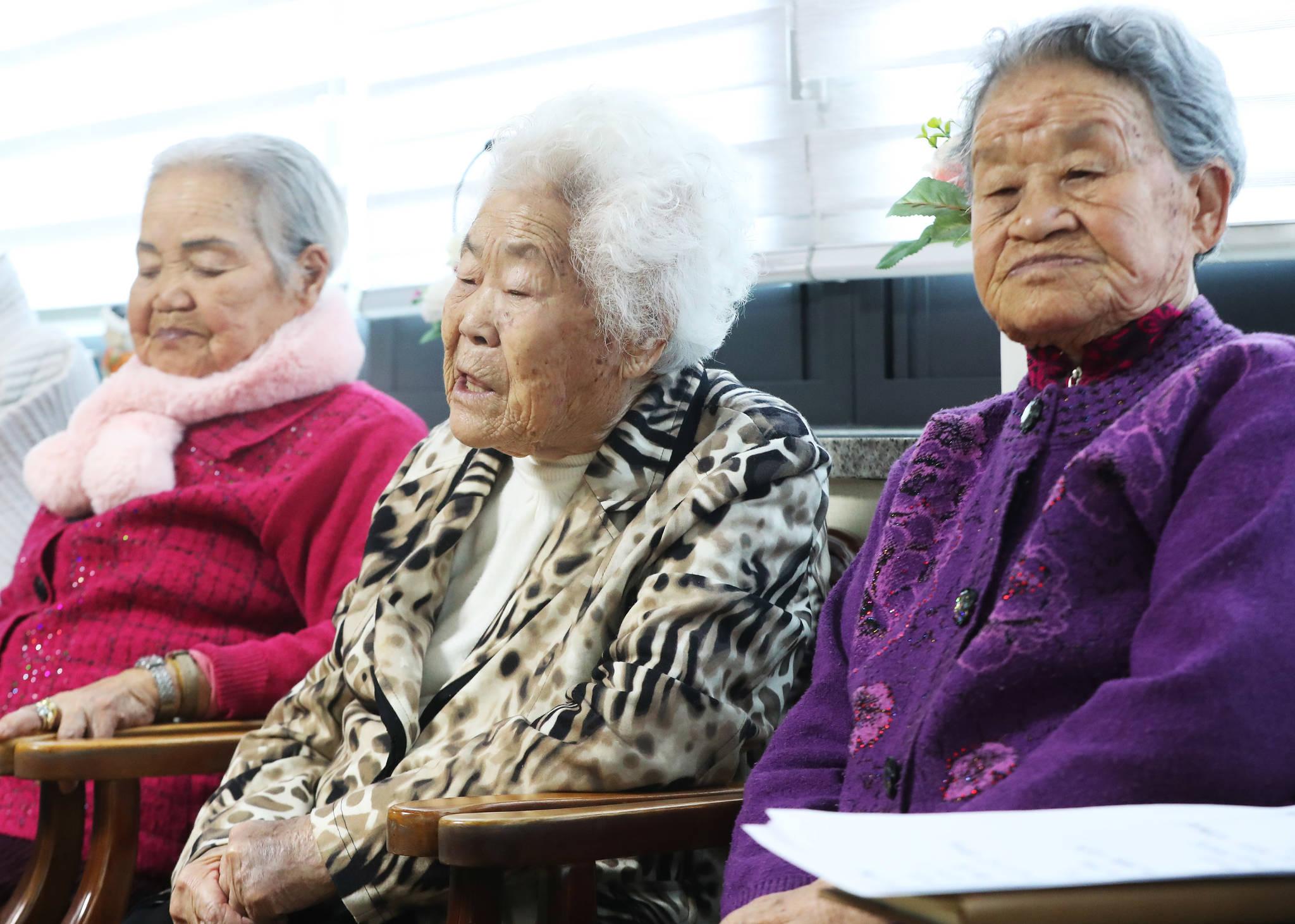 올해 1월 9일 오후 경기도 광주시 퇴촌면 일본군 위안부 피해 할머니들의 쉼터 나눔의집에서 이옥선 할머니(가운데)가 한일 위안부 합의 처리 방향 발표를 시청한 후 발언하고 있다. [연합뉴스]