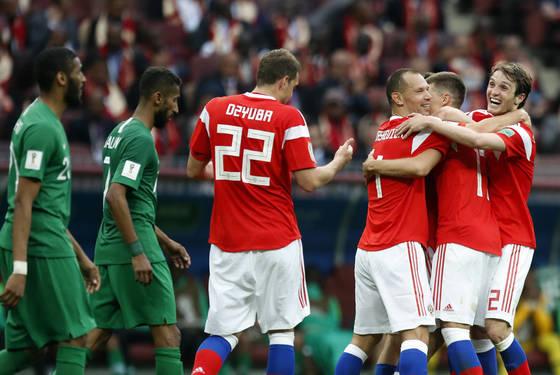 러시아 월드컵 개막전에서 사우디 아라비아에 5번째 골을 터뜨린 직후 개최국 러시아 선수들이 환호하고 있다. [AP=연합뉴스]