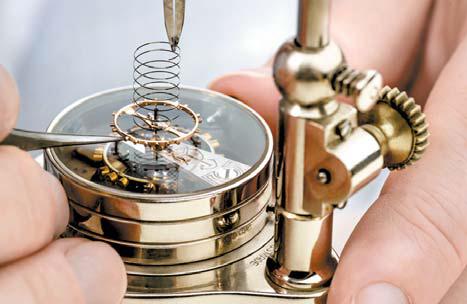 숙련된 시계장인이 수작업으로 제작하는 밸런스 스프링.