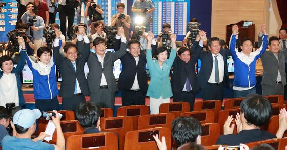 더불어민주당 지도부가 6ㆍ13 지방선거 승리 인사를 하는 모습 [뉴스1]
