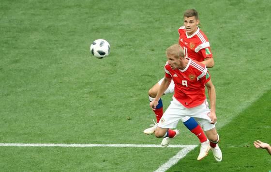 14일(현지시간) 러시아 모스크바 루즈니키 스타디움에서 열린 2018 러시아 월드컵 개막전 러시아-사우디 아라비아 경기. 전반전 러시아 이우리 가진스키가 헤딩으로 선제골을 넣고 있다. [연합뉴스]