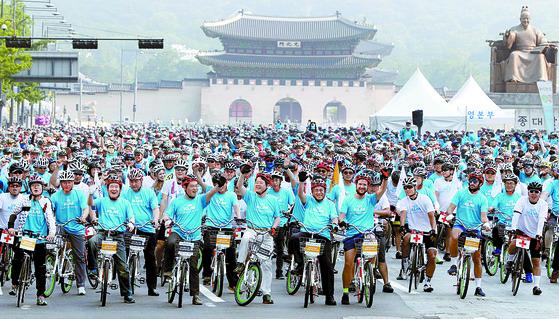 지난해 6월 서울 광화문광장에서 열린 '서울 자전거대행진'에서 참가자들이 환호하고 있다. [중앙포토]