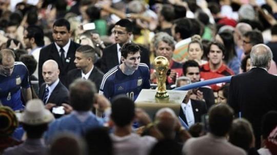 2014년 월드컵 결승에서 독일에 패한 직후 인파 속에서 우승 트로피를 물끄러미 쳐다보던 메시. 중국 청두 이코노믹 데일리 사진기자가 찍은 이 장면은 2014년 세계언론사진 스포츠 부문 최고의 사진으로 선정됐다. [사진 ESPN 캡처]