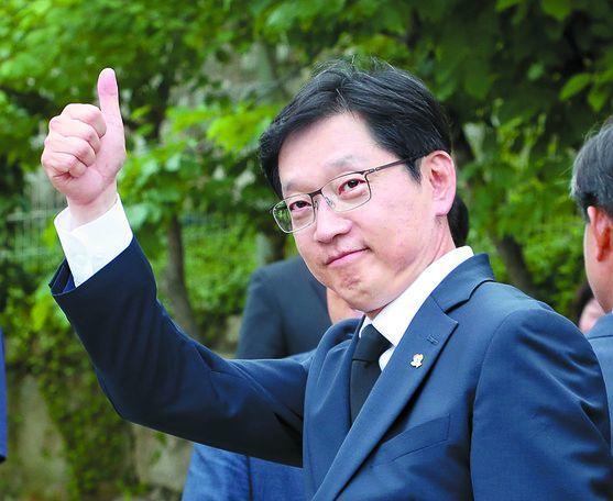 김경수 경남지사 당선인이 14일 김해 봉하마을에서 지지자들에게 인사하고 있다. [뉴스1]