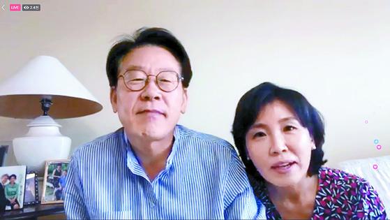 같은 날 이재명 경기지사 당선인과 부인 김혜경씨가 페이스북 라이브를 진행하고 있다. [페이스북 캡처]