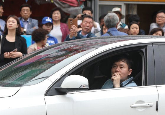 지난 11일 오후 서울 동작구 명수대상가 앞에서 열린 더불어민주당 유세에서 시민들이 유세를 듣고 있다. [뉴스1]