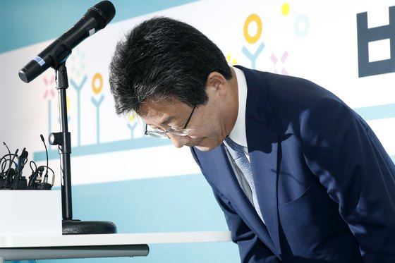 유승민 바른미래당 공동대표가 14일 오전 서울 여의도 당사에서 6.13 지방선거 패배 책임에 대한 대표직 자진 사퇴 의사를 밝히고 있다. [뉴스1]