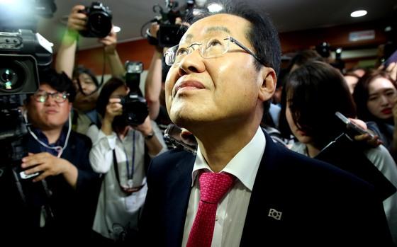 14일 자유한국당 홍준표 대표가 6·13 선거에 대한 책임을 지고 당대표직을 내놓았다. 사퇴 기자회견을 마친 뒤 홍 대표가 여의도 당사를 떠나고 있다.
