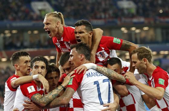 17일 열린 러시아 월드컵 D조 조별리그 1차전에서 후반 루카 모드리치의 골이 터진 뒤 함께 환호하는 크로아티아 선수들. [AP=연합뉴스]