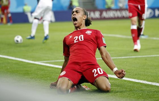 17일 열린 러시아 월드컵 D조 조별리그 1차전에서 선제골을 넣고 기뻐하는 덴마크 공격수 유수프 포울센. [EPA=연합뉴스]