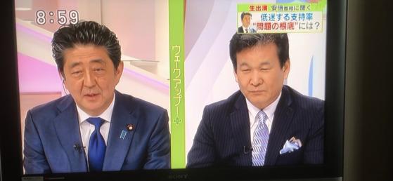아베 신조 총리(왼쪽)가 16일 아침 니혼TV의 프로그램 '웨이크 업'생방송에 출연해 사회자인 신보 지로와 대화하고 있다. [사진=니혼TV 방송 캡쳐]