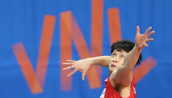 17일 장충체육관에서 열린 중국과 네이션스리그 경기에서 서브를 넣는 문성민 [대한민국배구협회]