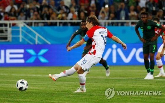페널티킥으로 크로아티아의 두 번째 골을 넣는 루카 모드리치. [로이터=연합뉴스]