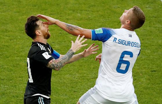 16일 러시아 월드컵 D조 아르헨티나-아이슬란드 경기에서 리오넬 메시(왼쪽)와 라그나르 시구르드손[로이터=연합뉴스]