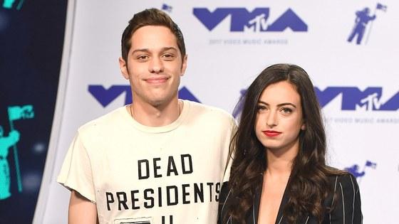미국 코미디계 대부인 래리 데이비드의 딸 캐시 데이비드(오른쪽)와 SNL에서 만나 교제한 피트 데이비슨.