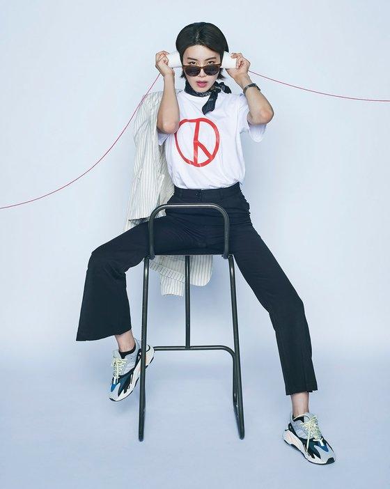 '613 투표하고웃자' 캠페인 화보. 개그맨 장도연이 투표 도장이 찍힌 티셔츠를 입고 코믹한 포즈를 취하고 있다. [사진 보그코리아]