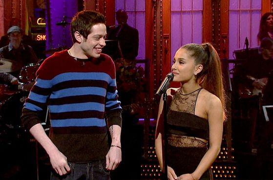 2016년 SNL 호스트로 출연한 아리아나 그란데(오른쪽)와 열연한 피트 데이비슨. 두 사람은 지난달 말 약혼사실을 발표헀다.