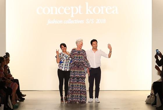 지난해 9월 K스타일을 소개하기 위해 마련된 '컨셉트 코리아' 패션쇼가 끝나자 자신들의 옷을 선보인 한국 디자이너 박윤희(왼쪽)와 이청청(오른쪽)이 모델 메이 머스크(가운데)와 함께 관객들에게 인사하고 있다. 69세의 메이는 영화 '아이언맨'의 모델인 천재 과학자 일론 머스크 테슬라 최고경영자(CEO)의 친어머니다. 이청청 제공