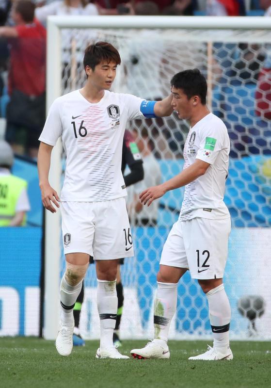 18일(현지시간) 러시아 니즈니 노브고로드 스타디움에서 열린 2018 러시아 월드컵 F조 조별리그 1차전 대한민국과 스웨덴의 경기. 기성용이 스웨덴에게 패널티킥을 허용한 김민우를 위로하고 있다. [연합뉴스]