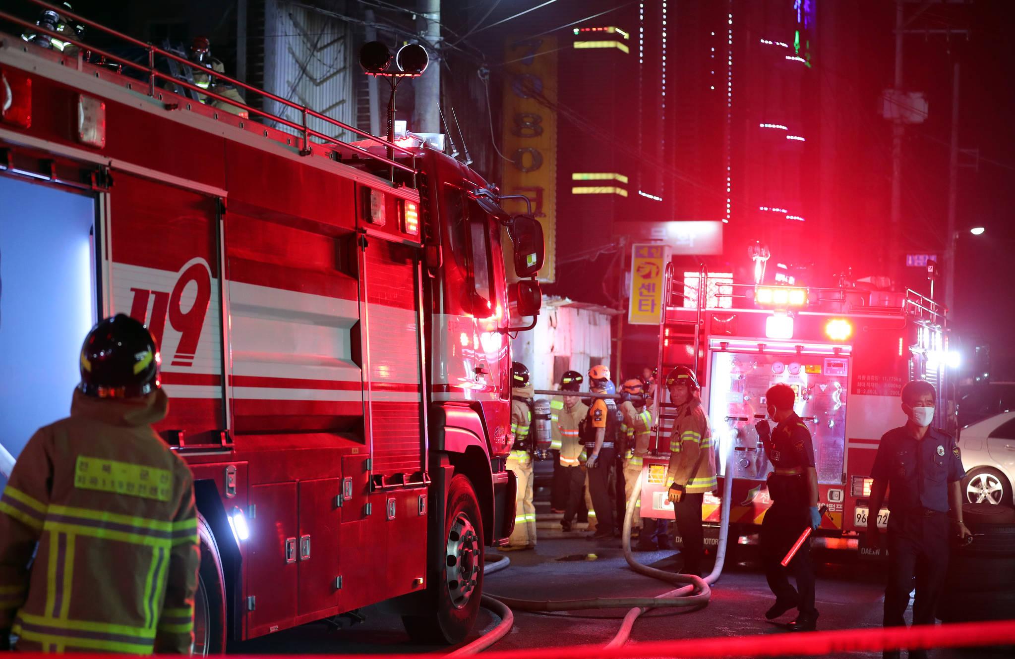 17일 오후 9시 53분쯤 전북 군산시 장미동 한 유흥주점에서 불이 나 소방대원이 구조작업을 하고 있다.[연합뉴스]