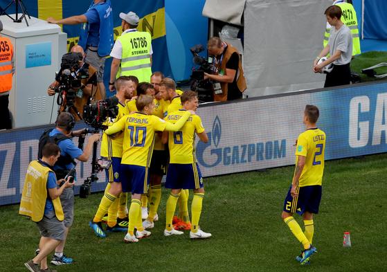 18일 러시아 니즈니노브고로드 스타디움에서 열린 2018 러시아 월드컵 F조 대한민국-스웨덴 전에서 스웨덴 선수들이 첫 골을 넣은 뒤 기뻐하고 있다. [연합뉴스]