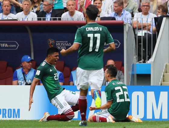 17일 모스크바 루즈니키 스타디움에서 열린 2018 러시아월드컵 F조 독일-멕시코 경기에서 멕시코 이르빙 로사노가 첫 골을 터뜨린 뒤 동료들과 환호하고 있다. [연합뉴스]