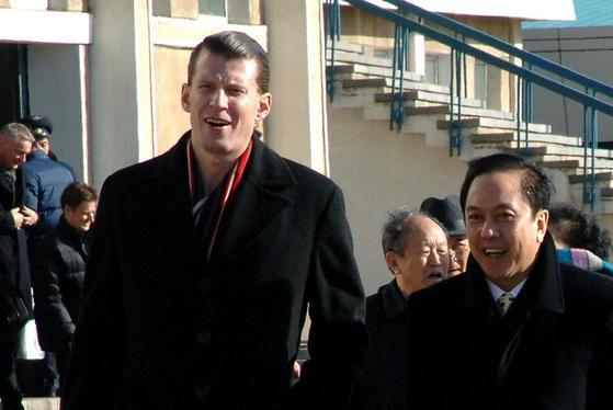 재러드 쿠슈너에게 북·미 정상회담 의향을 북한을 대신해 타진한 미국인 사업가 가브리엘 슐츠(왼쪽). 그의 모습을 조선중앙통신이 포착했다. [뉴욕타임스 캡처]