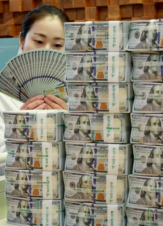 서울 을지로 KEB하나은행 본점 위변조대응센터에서 직원이 외화를 검수하고 있다. [연합뉴스]