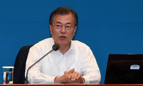 문재인 대통령이 18일 오후 서울 청와대 여민1관 대회의실에서 열린 수석ㆍ보좌관 회의에서 모두발언을 하고 있다. [청와대사진기자단]