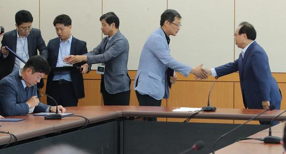 더불어민주당 오거돈 부산시장 당선자 시장직 인사위원회는 18일 부산상수도사업본부에 마련된 사무실에서 첫 전체회의를 열고 본격적인 인수활동에 들어갔다. 송봉근 기자