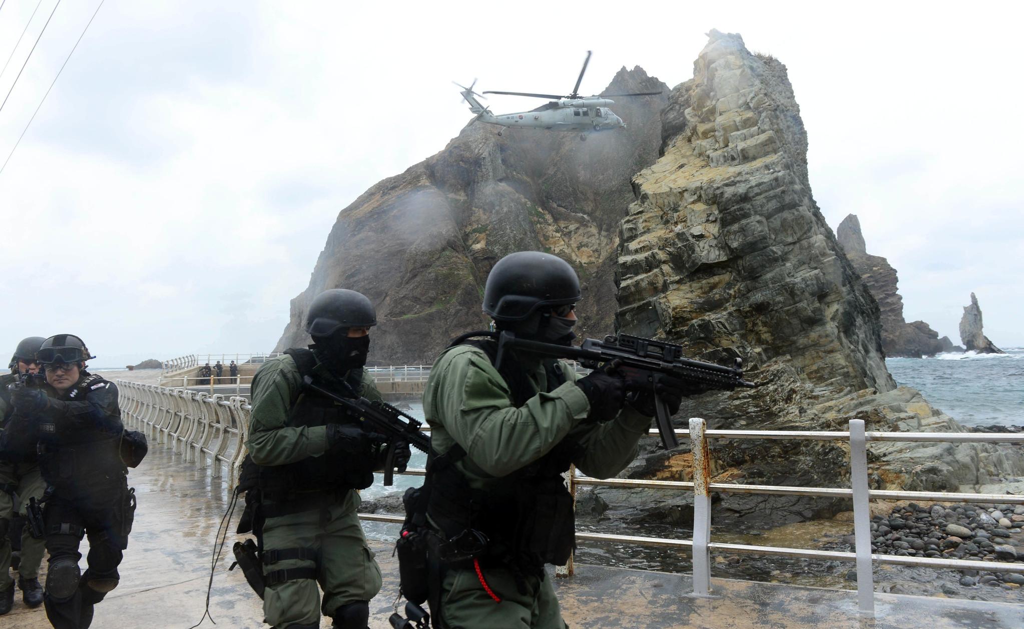 UH-60 헬기를 이용해 독도에 상륙한 해군 특수전부대(UDT/SEAL)와 해경 특공대 대원들이 훈련하고 있는 모습. [사진 해군]