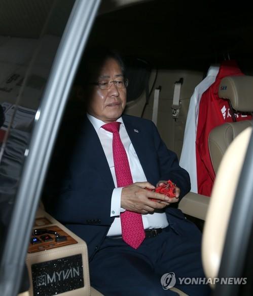 자유한국당 홍준표 대표가 14일 사퇴 의사를 밝히고 서울 여의도 당사를 떠나기 위해 차량에 탑승해 있다. [연합뉴스]