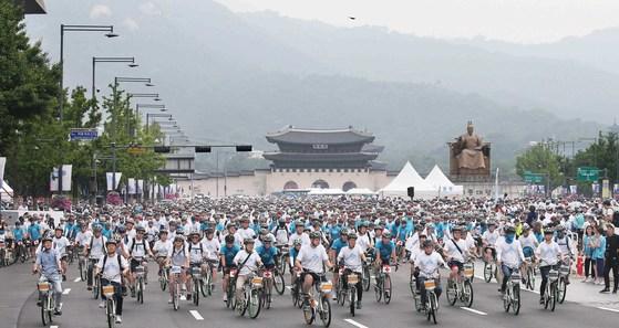 '2018 서울 자전거대행진' 참가자들이 17일 오전 출발신호와 함께 광화문광장을 출발하고 있다. 이번 행사의 슬로건은 '자전거와 함께 하는 건강한 도시, 세계적인 자전거 도시 서울'이다. [오종택 기자]