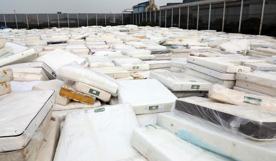 17일 충남시 당진항 야적장에 대진침대의 라돈 검출 수거 대상 매트리스가 쌓여져 있다. [뉴스1]