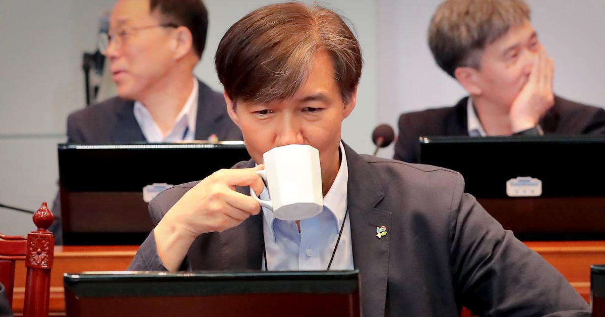 18일 오후 청와대 여민관 대회의실에서 열린 수석보좌관회의에 참석한 조국 민정수석이 생각에 잠겨 있다. [청와대사진기자단]