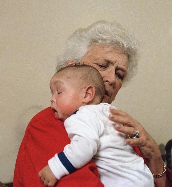고(故) 바버라 부시 여사가 생전 워싱턴에 있는 '할머니의 집(Grandma's House)'을 방문했을 때의 모습. [워싱턴포스트 캡처]
