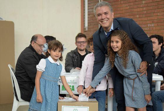 어린 자녀들과 함께 투표하는 이반 두케 [AFP=연합뉴스]