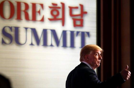 12일 싱가포르 센토사 섬 카펠라 호텔에서 진행된 기자회견에서 엄지손가락을 치켜든 트럼프 대통령. [싱가포르 국제미디어센터 제공=뉴스1]