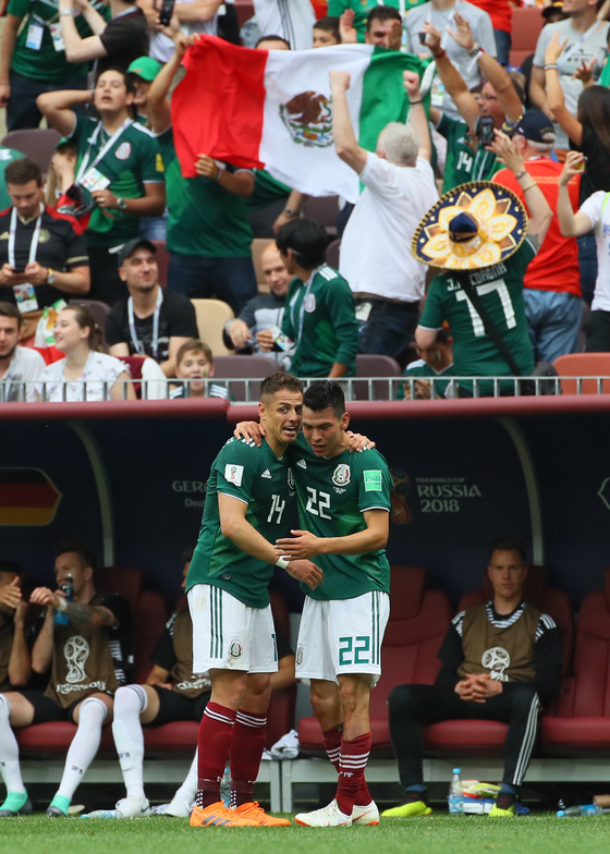 17일 모스크바 루즈니키 스타디움에서 열린 2018 러시아월드컵 F조 독일-멕시코 경기에서 멕시코 이르빙 로사노(오른쪽)가 첫 골을 터뜨린 뒤 하비에르 에르난데스와 기뻐하고 있다. [연합뉴스]