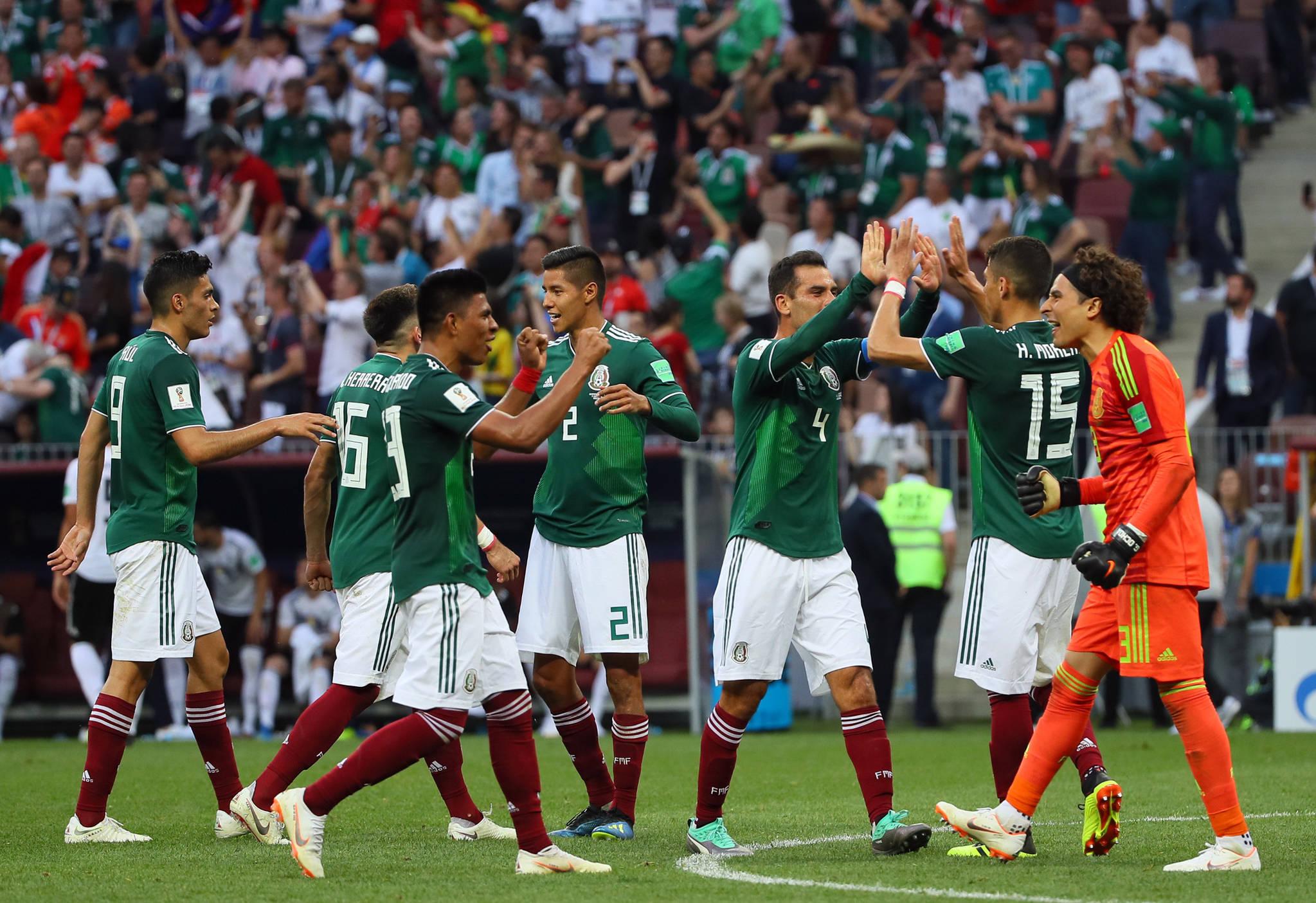 17일(현지시간) 모스크바 루즈니키 스타디움에서 열린 2018 러시아월드컵 F조 독일-멕시코 경기에서 멕시코 선수들이 독일을 1대0으로 꺽은 뒤 환호하고 있다. [연합뉴스]
