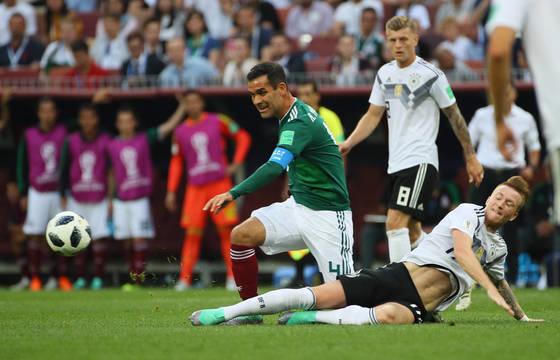 17일 모스크바 루즈니키 스타디움에서 열린 2018 러시아월드컵 F조 독일-멕시코 경기에서 멕시코 라파엘 마르케스(왼쪽)가 독일 마르코 로이스의 태클에 넘어지고 있다. [연합뉴스]