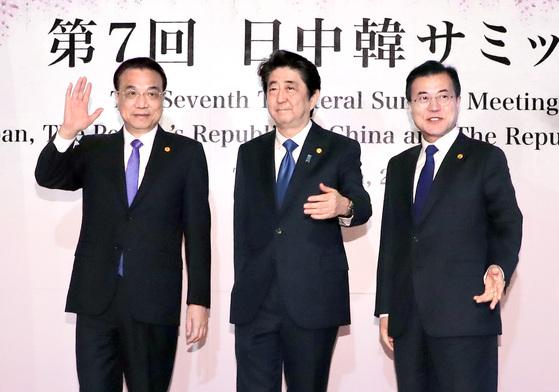 지난 5월 9일 문재인 대통령과 아베 신조 일본 총리, 리커창 중국 국무원 총리(오른쪽부터)가 전 도쿄 영빈관 '하고로모노마'에서 열린 정상회의에 앞서 기념촬영을 하고 있다. 김상선 기자