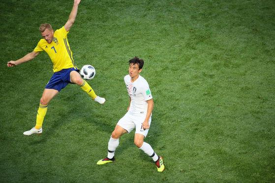 18일 러시아 니즈니노브고로드 스타디움에서 열린 2018 러시아 월드컵 F조 대한민국 대 스웨덴의 경기에서 구자철과 스웨덴 라르손이 공중볼을 다투고 있다. [연합뉴스]