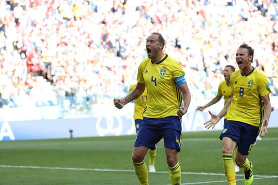 18일 러시아 니즈니노브고로드 스타디움에서 열린 2018 러시아 월드컵 F조 대한민국 대 스웨덴의 경기에서 스웨덴 안드레아스 그란크비스트이 페널티킥을 성공시킨 뒤 환호하고 있다.[연합뉴스]