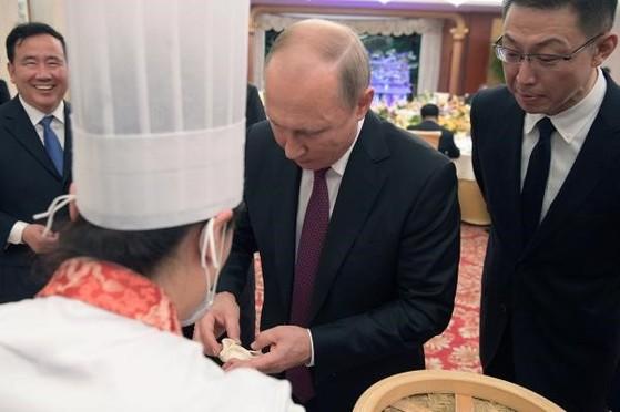 거우부리에서 만두 빚는 푸틴. [사진 news.hsw.cn]