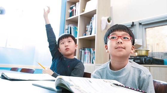 자기 주도적 학습과 세부적 특성화 교육이 미래 교육의 패러다임이 될 것으로 전망된다. 와이즈만 영재교육 센터에서 학생이 수업에 몰두해 있다. [사진 창의와탐구]